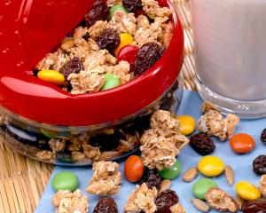 Raisin snack mix